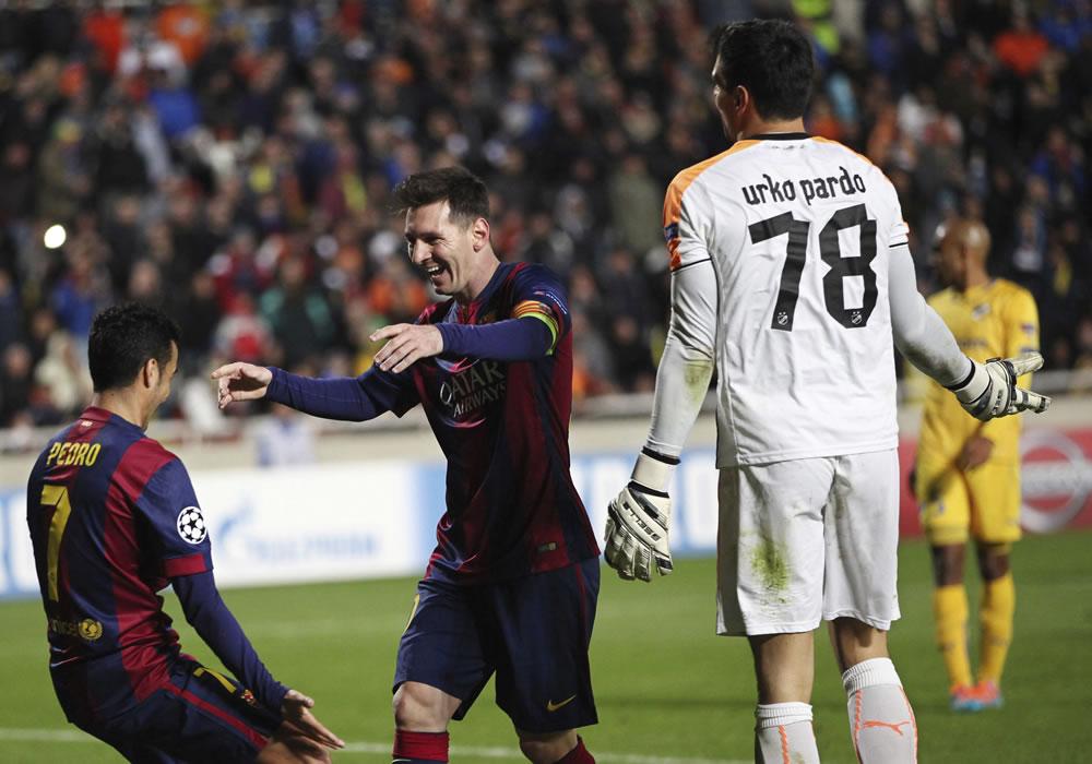El delantero argentino del FC Barcelona Lionel Messi (c) celebra con Pedro Rodríguez (i) tras marcar el cuarto gol ante el Apoel. EFE