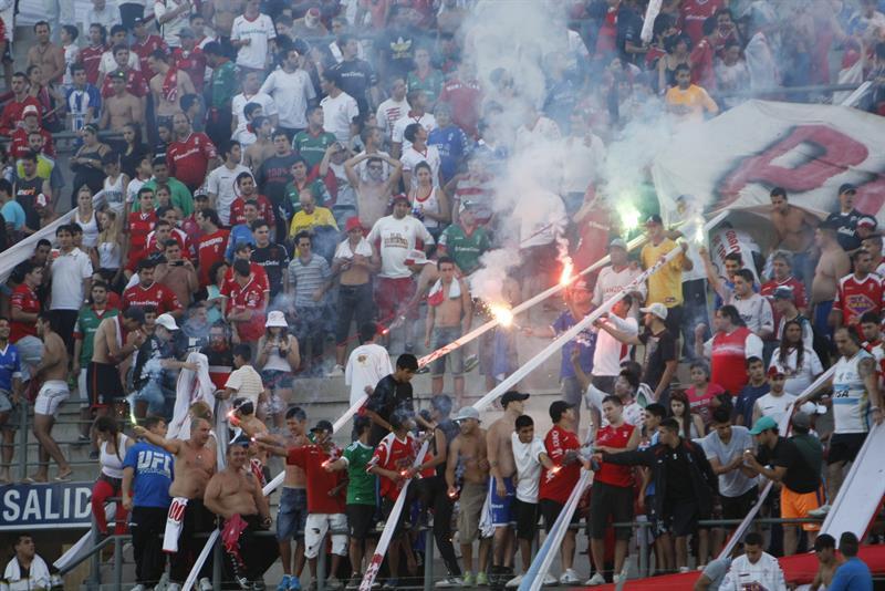 Aficionados de Huracán animan a su equipo antes de enfrentar a Rosario Central en la final de la Copa Argentina. Foto: EFE