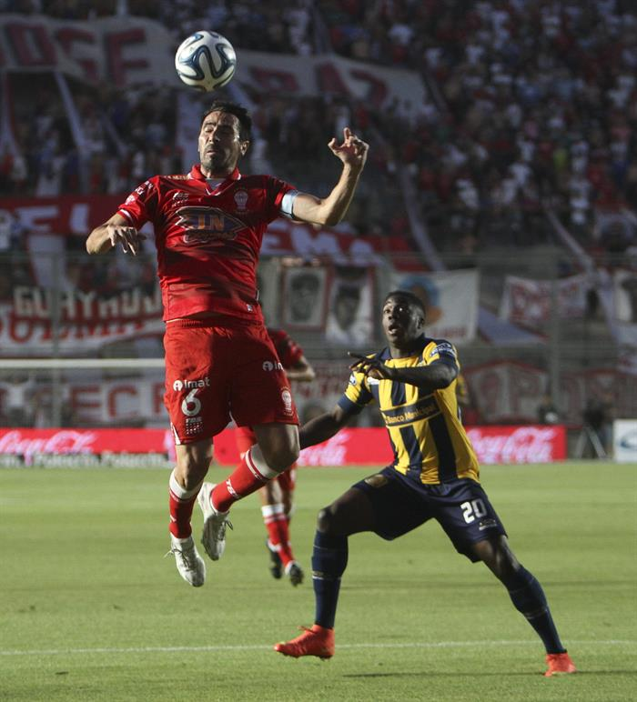 José Valencia de Rosario Central (d) disputa el balón con Eduardo Domínguez (i) de Huracán. Foto: EFE