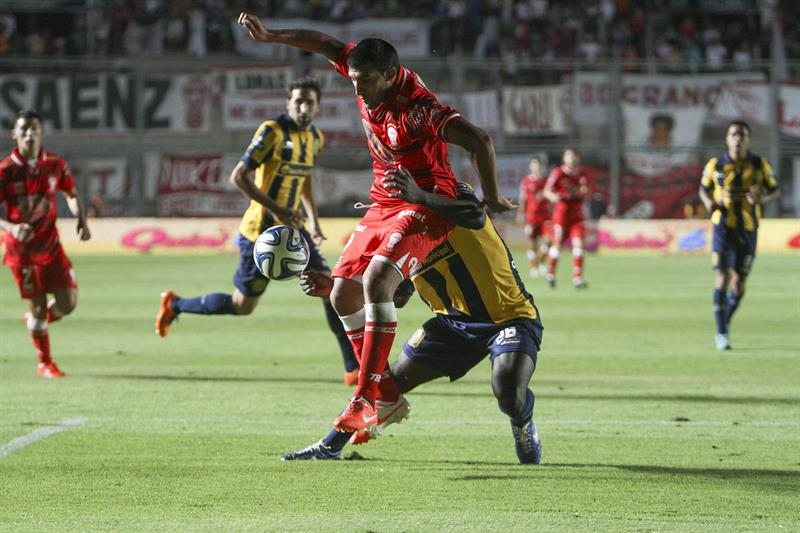 Sebastián Abreu de Rosario Central (i) disputa el balón con Federico Mancinelli (d) de Huracán. Foto: EFE