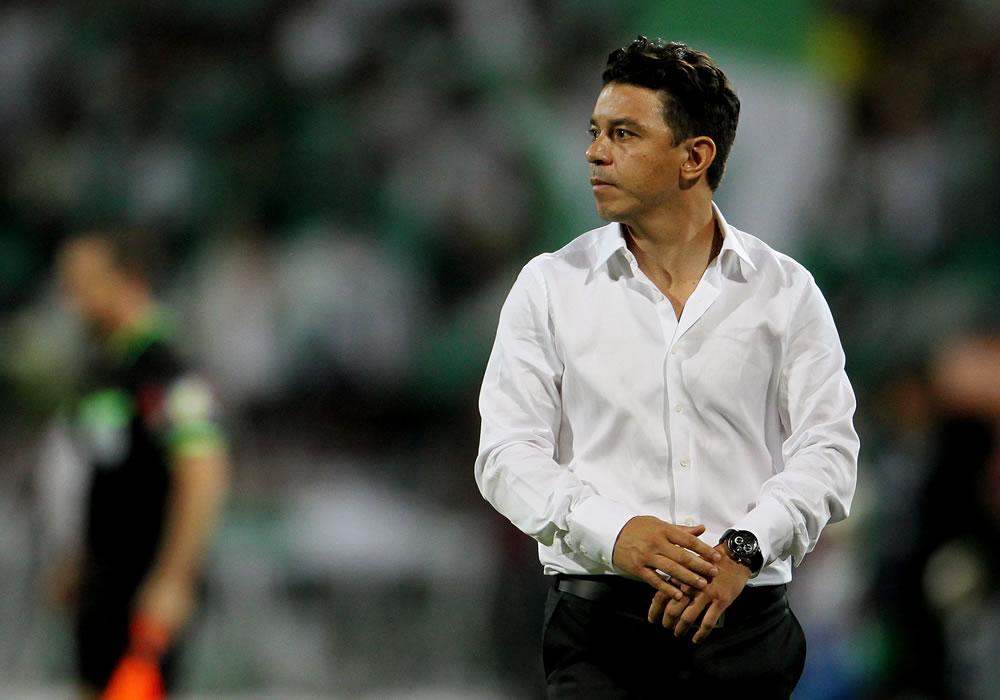 El entrenador de River Plate Marcelo Gallardo observa el juego ante Atlético Nacional. Foto: EFE