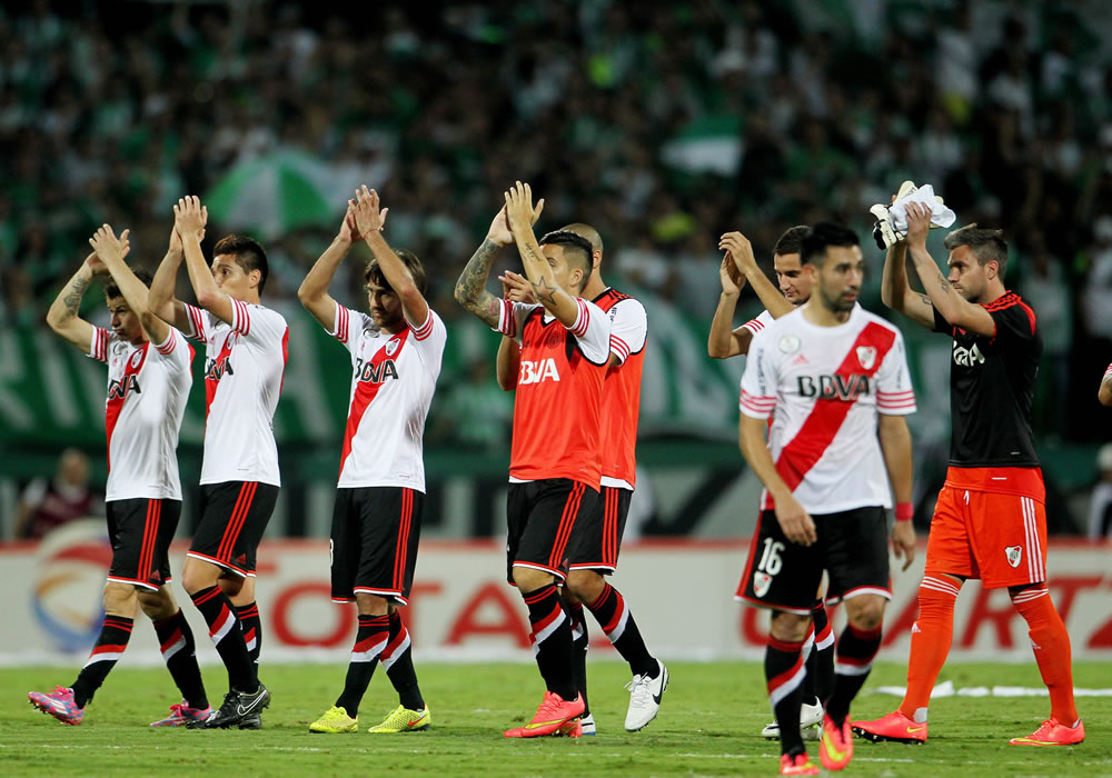 Los jugadores de River Plate saludan al publico después de enfrentar a Atlético Nacional en Medellín. Foto: EFE