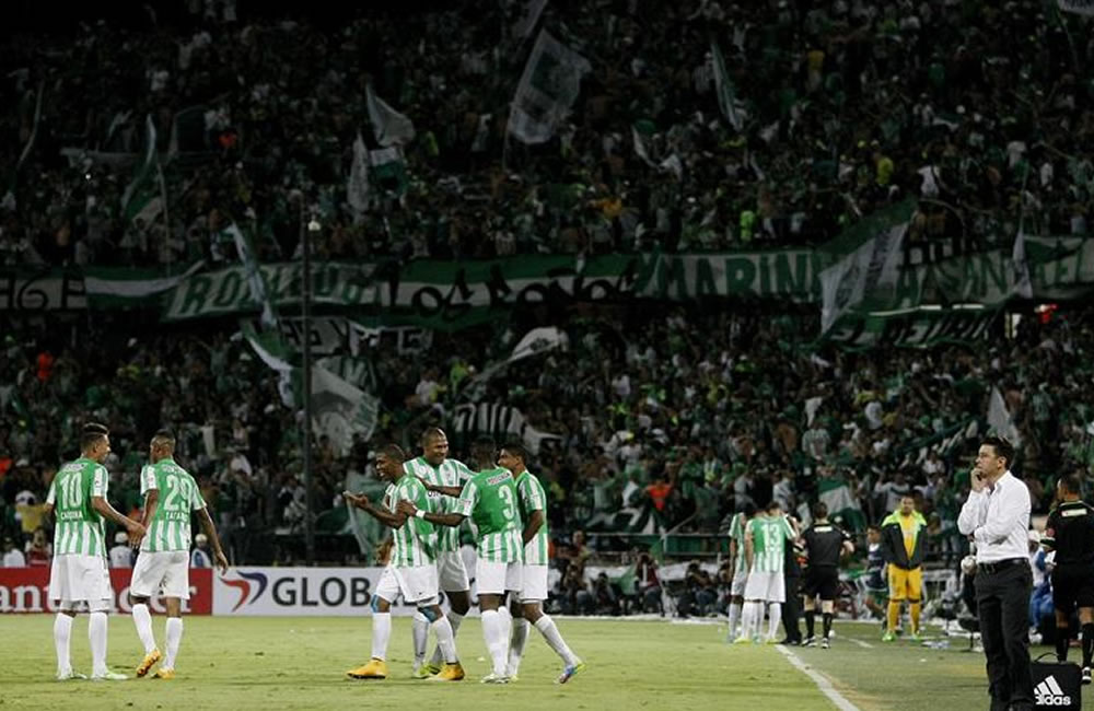 Los jugadores de Atlético Nacional, celebra el gol de su compañero Orlando Berrio. EFE
