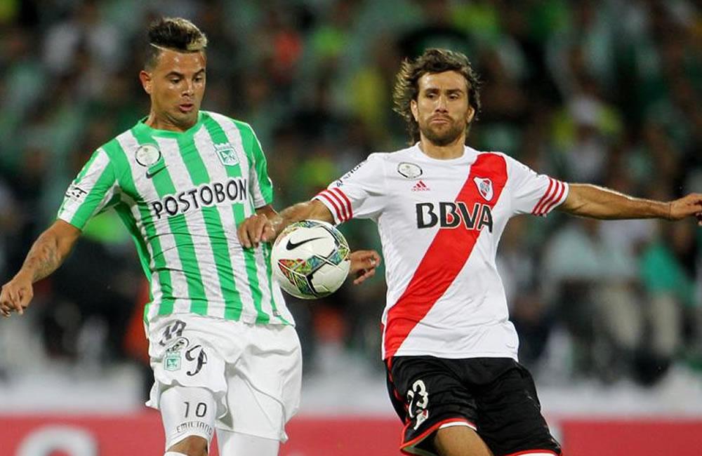 El jugador de Atlético Nacional Edwin Cardona (i) disputa un balón . EFE