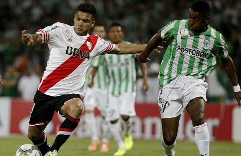 El jugador de Atlético Nacional Oscar Murillo (d) disputa un balón con Teofilo Gutiérrez (i) de River Plate. EFE
