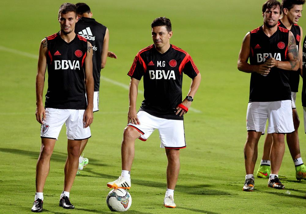 El DT de River Plate de Argentina Marcelo Gallardo (c) observa a su equipo durante un entrenamiento. Foto: EFE