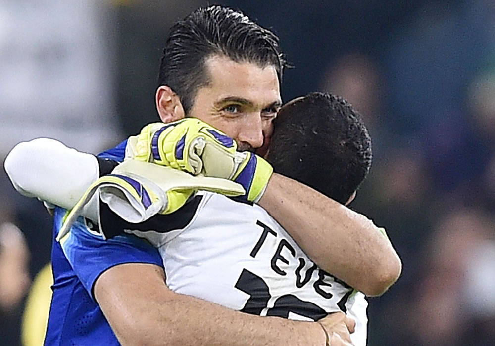 Los jugadores de la Juventus, el guardameta Gianluigi Buffon (I) y el delantero argentino Carlos Tevez, celebran el pase a la siguiente fase. Foto: EFE