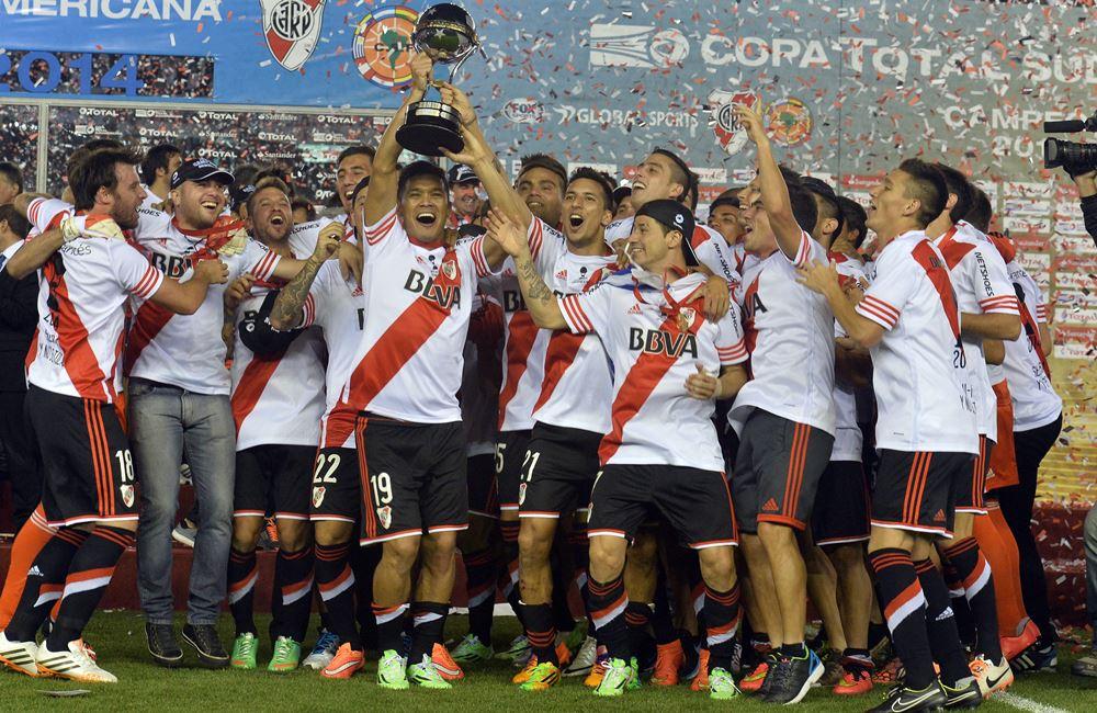 Teófilo Gutiérrez, uno de los encargados de levantar la Copa. Foto: EFE.