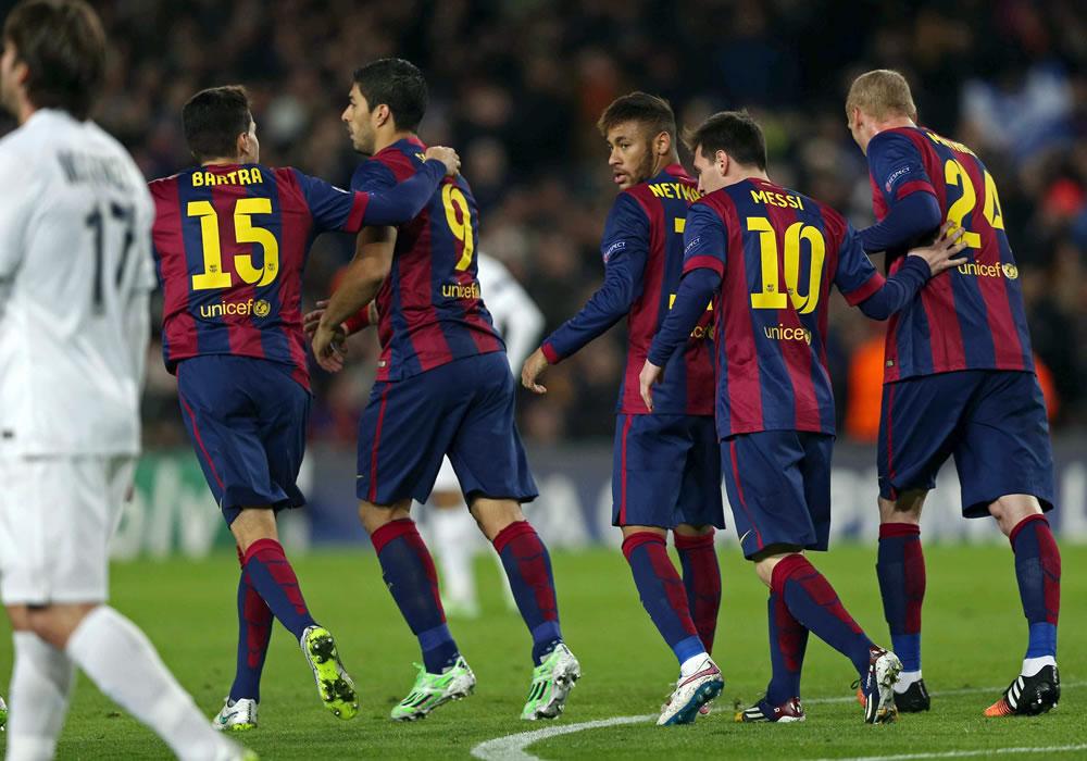El delantero argentino del FC Barcelona Leo Messi (2d) celebra su gol, primero del equipo, con sus compañeros, durante el partido de la fase de grupos de la Liga de Campeones. Foto: EFE