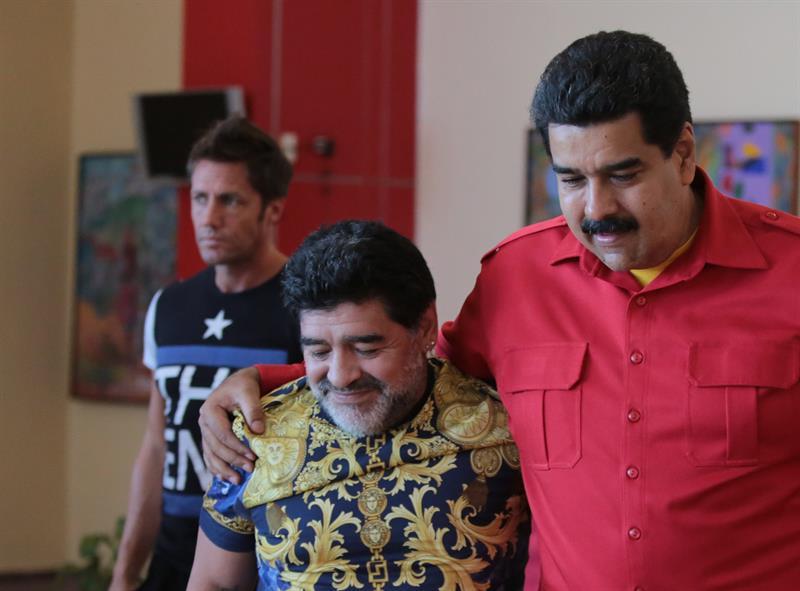 Fotografía cedida por Miraflores, que muestra al presidente venezolano, Nicolás Maduro, mientras saluda al ex jugador de fútbol de Argentina Diego Maradona. EFE