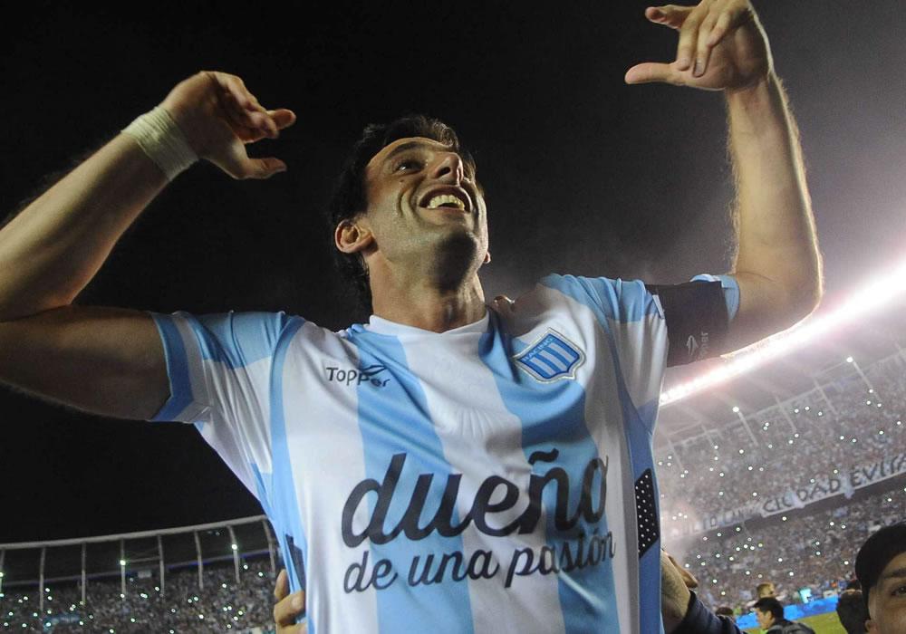 El jugador Diego Milito del Racing Club festeja luego de que el equipo se impusiera por 1-0 ante Godoy Cruz. Foto: EFE