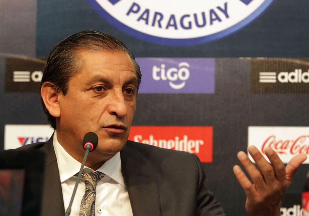 El nuevo DT de la selección paraguaya de fútbol, el argentino Ramón Díaz, habla durante una rueda de prensa. Foto: EFE