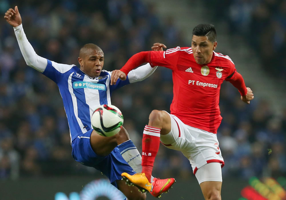 FC Porto's player Brahimi (L) in action against Benfica's Enzo Perez (R) during their Portuguese First League soccer match held at Dragao stadium in Porto, Portugal. Foto: EFE