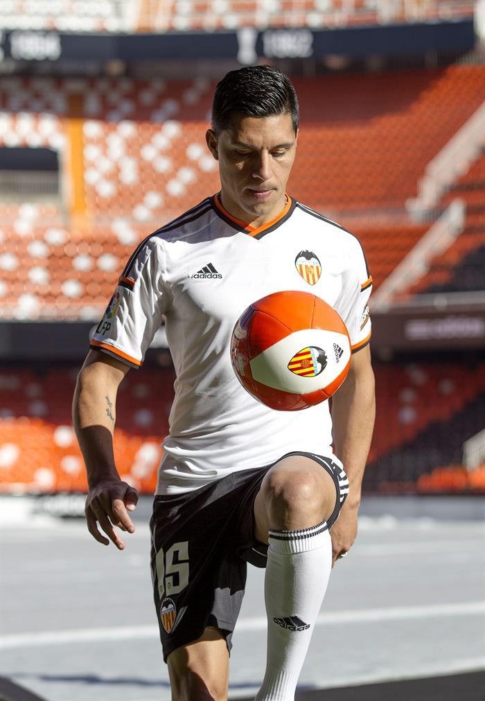 El centrocampista argentino Enzo Pérez, que llega al Valencia traspasado por el Benfica portugués a cambio de veinticinco millones de euros. EFE