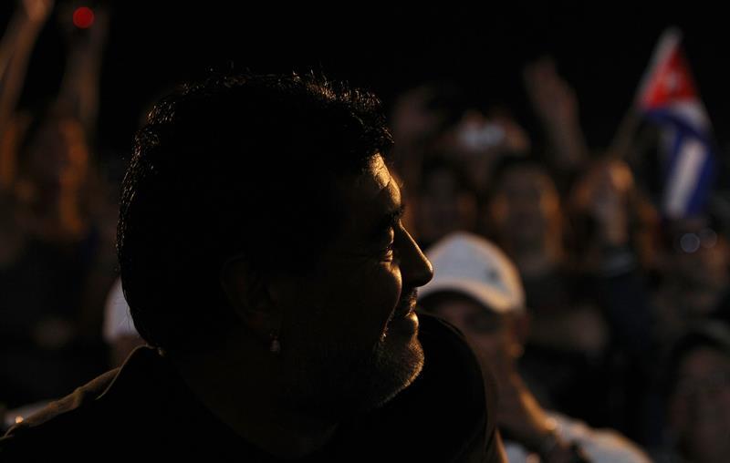 El exfutbolista argentino Diego Armando Maradona asistió en La Habana a un concierto del cantautor cubano Silvio Rodríguez. Foto: EFE