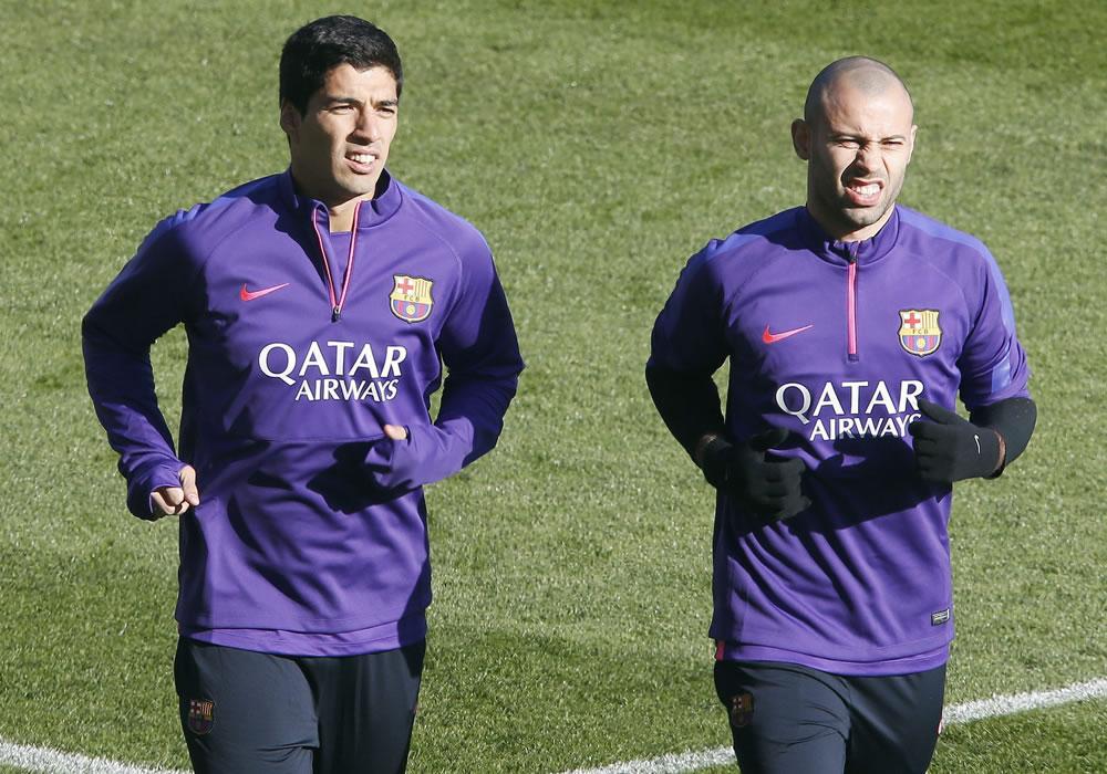 Los jugadores del FC Barcelona Luis Suárez (i) y Javier Mascherano (d) durante el entrenamiento. Foto: EFE