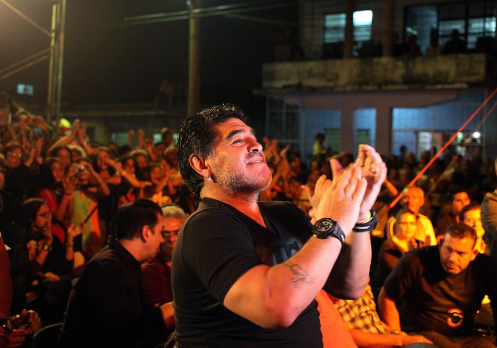 El exfutbolista argentino Diego Armando Maradona asiste en La Habana, a un concierto del cantautor cubano Silvio Rodríguez. Foto: EFE