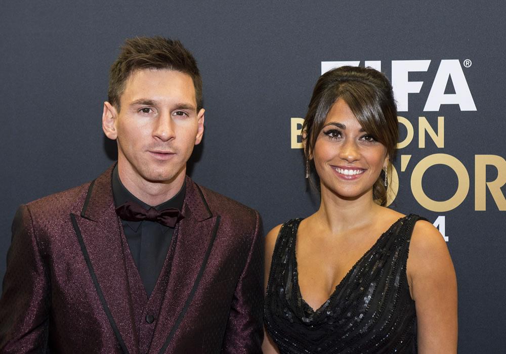 El futbolista argentino Lionel Messi (i) y su novia, Antonella Roccuzzo (d), asisten a la gala del balón de oro de la FIFA. Foto: EFE