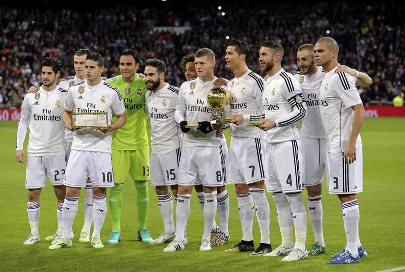 El delantero portugués del Real Madrid Cristiano Ronaldo (4d) posa con el Balón de Oro junto a sus compañeros, el alemán Toni Kroos (5d), Sergio Ramos. EFE