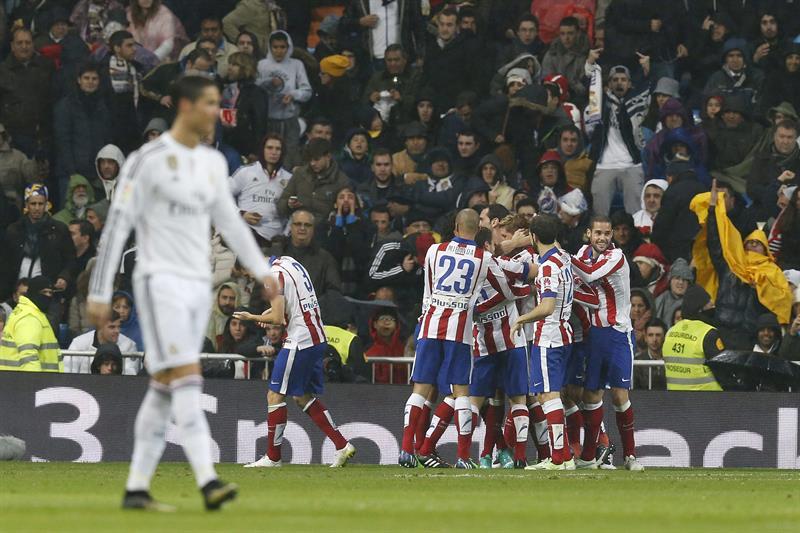El delantero del Atlético de Madrid Fernando Torres celebra con sus compañeros el segundo gol marcado al Real Madrid. EFE