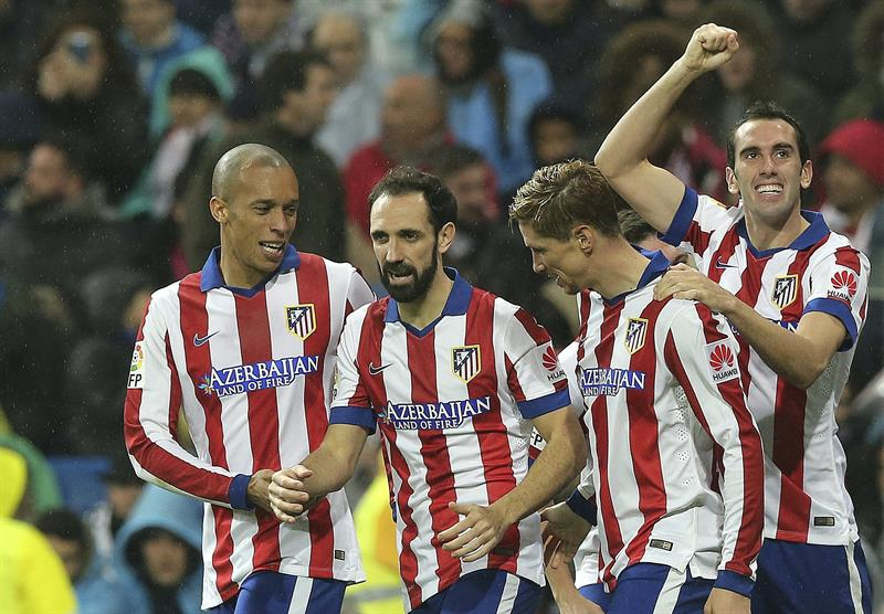 El delantero del Atlético de Madrid Fernando Torres (2d) celebra con sus compañeros el segundo gol marcado al Real Madrid. EFE