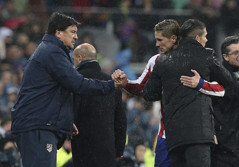 El delantero del Atlético de Madrid Fernando Torres (2d) saluda a su entrenador, el argentino Diego Simeone (d) y el segundo entrenador, el argentino Germán Burgos. EFE