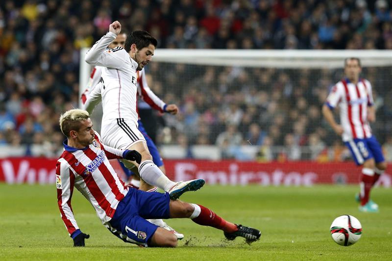 El delantero francés del Atlético de Madrid Antoine Griezmann (i) y el centrocampista del Real Madrid Francisco Román Alarcón