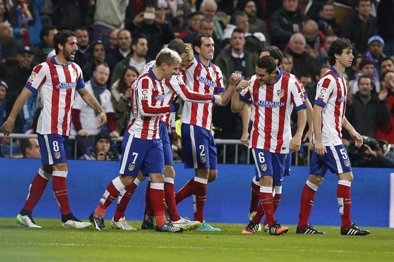 El delantero del Atlético de Madrid Fernando Torres (4i) celebra con sus compañeros el gol que marcado al Real Madrid en los primeros minutos del partido. EFE
