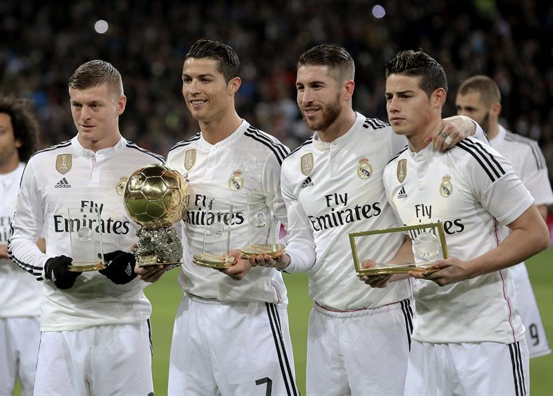 El delantero portugués del Real Madrid Cristiano Ronaldo posa con el Balón de Oro junto a sus compañeros, el alemán Toni Kroos (i), Sergio Ramos (2d) y el colombiano James Rodríguez. EFE