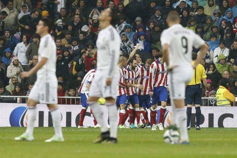 El delantero del Atlético de Madrid Fernando Torres (c-fondo) celebra con sus compañeros el segundo gol marcado al Real Madrid. EFE