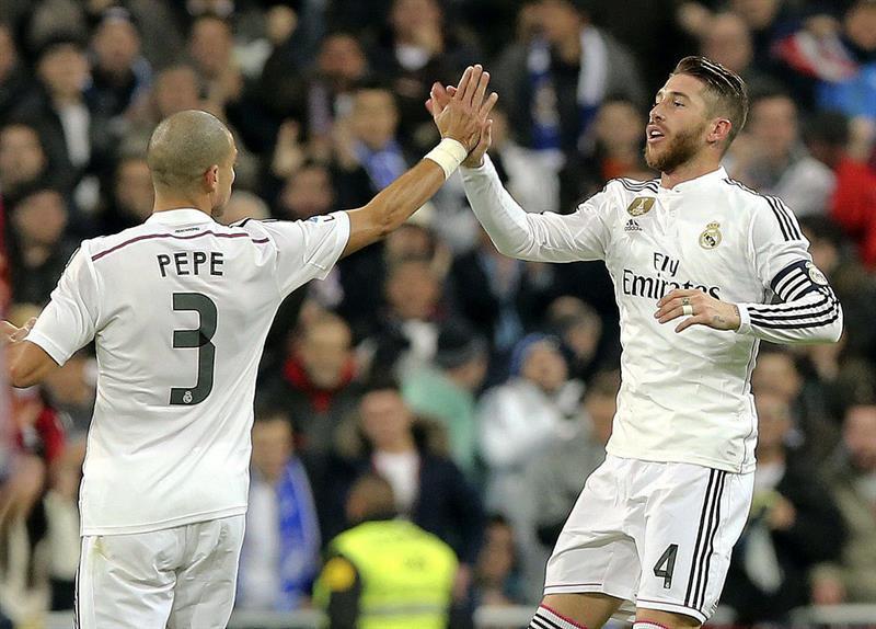 El defensa del Real Madrid Sergio Ramos (d) celebra con su compañero, Képler Laveran Lima