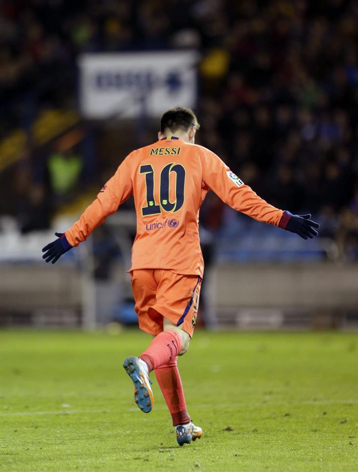 El delantero argentino del FC Barcelona Lionel Andrés Messi celebra su tercer gol ante el Deportivo. Foto: EFE