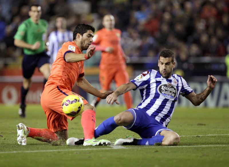 El defensa del Deportivo Alberto Lopo (d) y el delantero uruguayo Luis Alberto Suárez. Foto: EFE