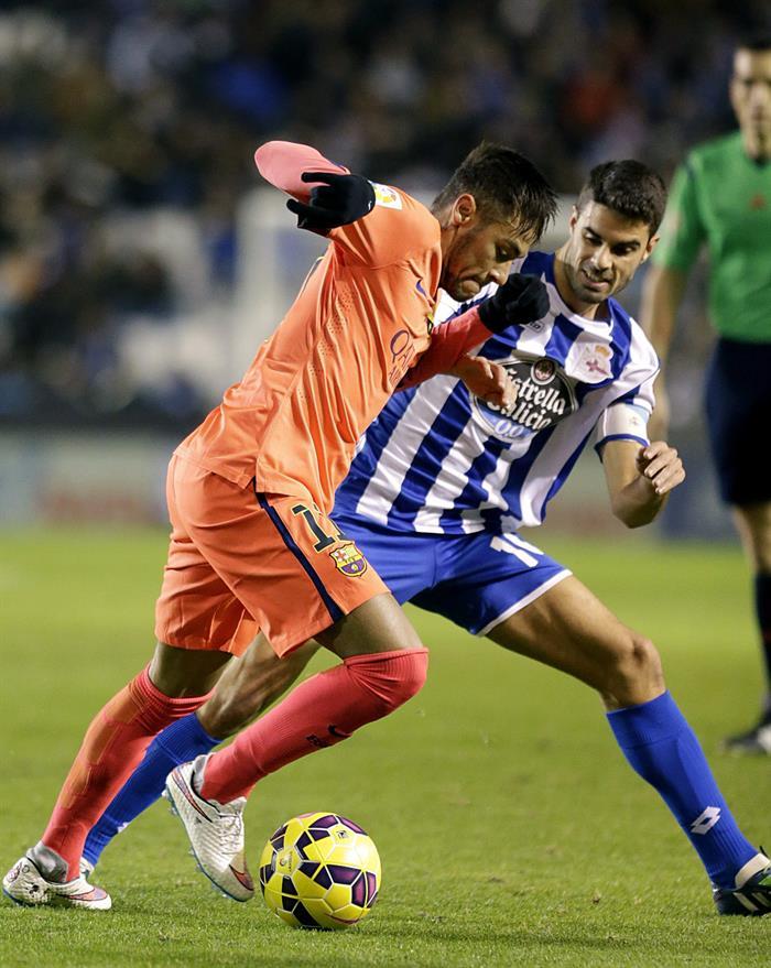 El delantero brasileño del FC Barcelona Neymar jr. con el balón ante el defensa del Deportivo de La Coruña Juanfran Moreno. Foto: EFE