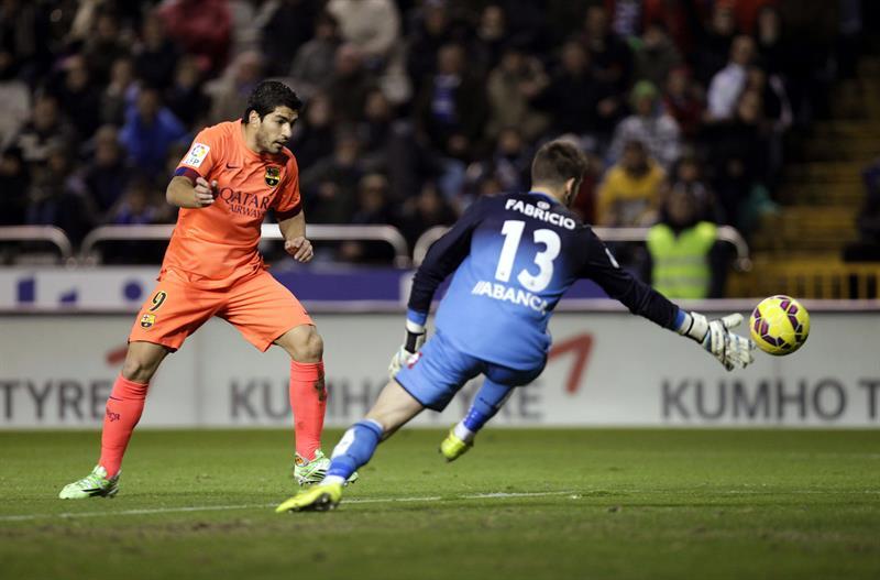 El delantero uruguayo del FC Barcelona Luis Suárez (i) intenta marcar ante el portero del Deportivo Fabricio Agosto. Foto: EFE