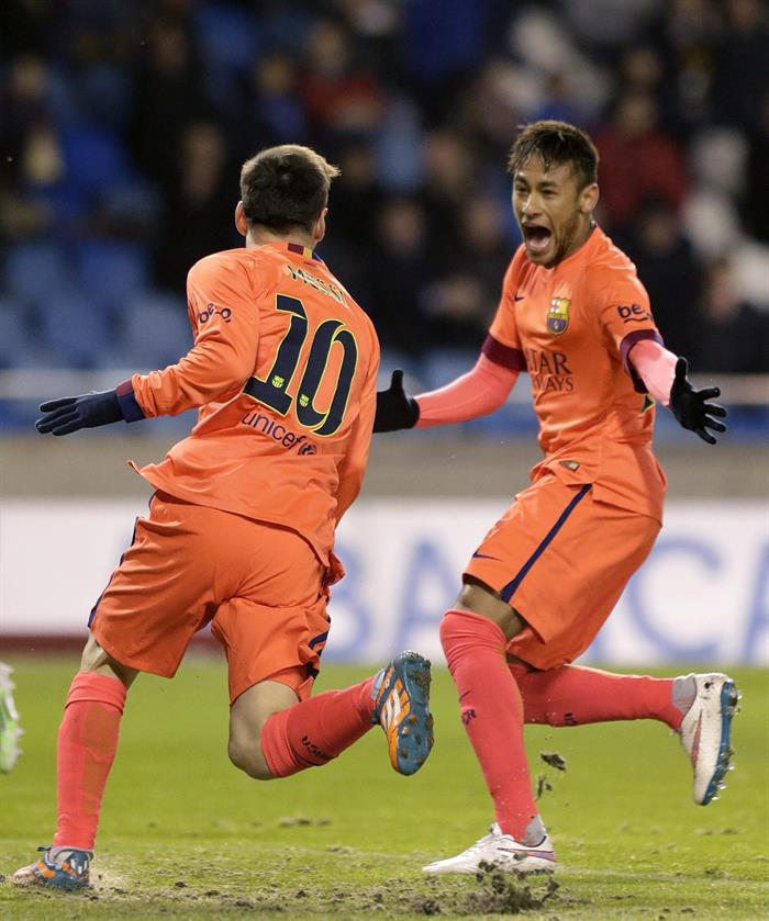 El delantero argentino del FC Barcelona Lionel Messi (i) celebra con su compañero el brasileño Neymar jr (d) el gol marcado al Deportivo de La Coruña. Foto: EFE