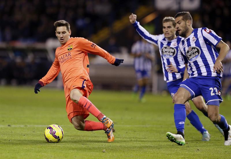 El delantero argentino del FC Barcelona Lionel Andrés Messi (i) controla el balón ante los jugadores del Deportivo Alberto Lopo y Alex Bergantiños. Foto: EFE