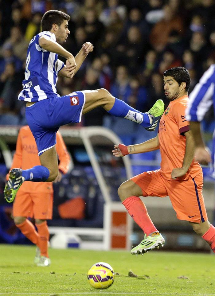 El delantero uruguayo del FC Barcelona Luis Alberto Suárez (d) y el centrocampista del Deportivo Juan Domínguez. Foto: EFE
