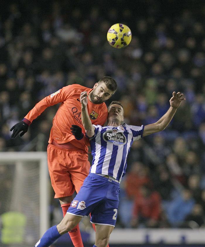 El defensa del FC Barcelona Gerard Piqué (i) lucha un balón con el delantero del Deportivo de La Coruña Oriol Riera (d). Foto: EFE
