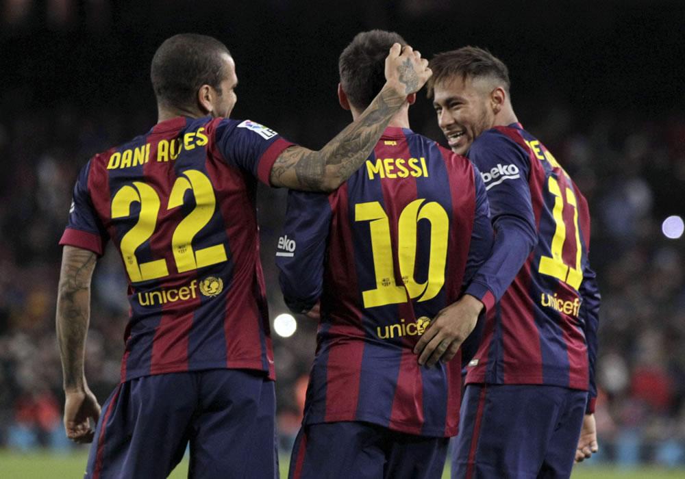 El argentino del FC Barcelona Leo Messi (c) celebra su gol, con sus compañeros, los brasileños Dani Alves (i) y Neymar Da Silva, durante el partido de ida de los cuartos de la Copa del Rey. Foto: EFE