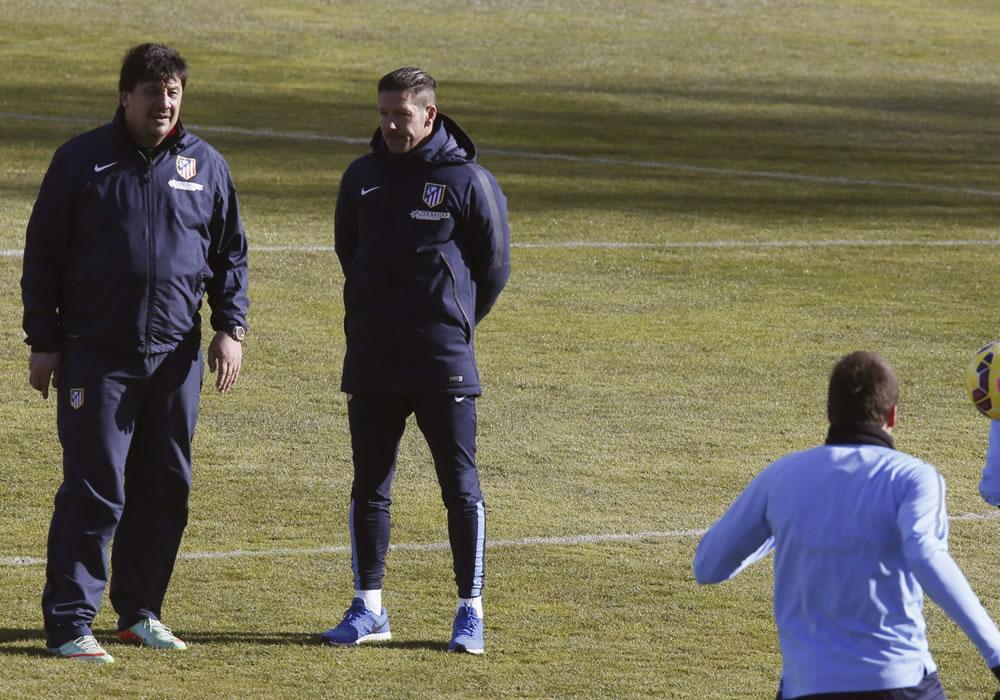 El argentino Diego Simeone, DT del Atlético de Madrid, inició la preparación del partido de vuelta de los cuartos de final de la Copa del Rey. Foto: EFE