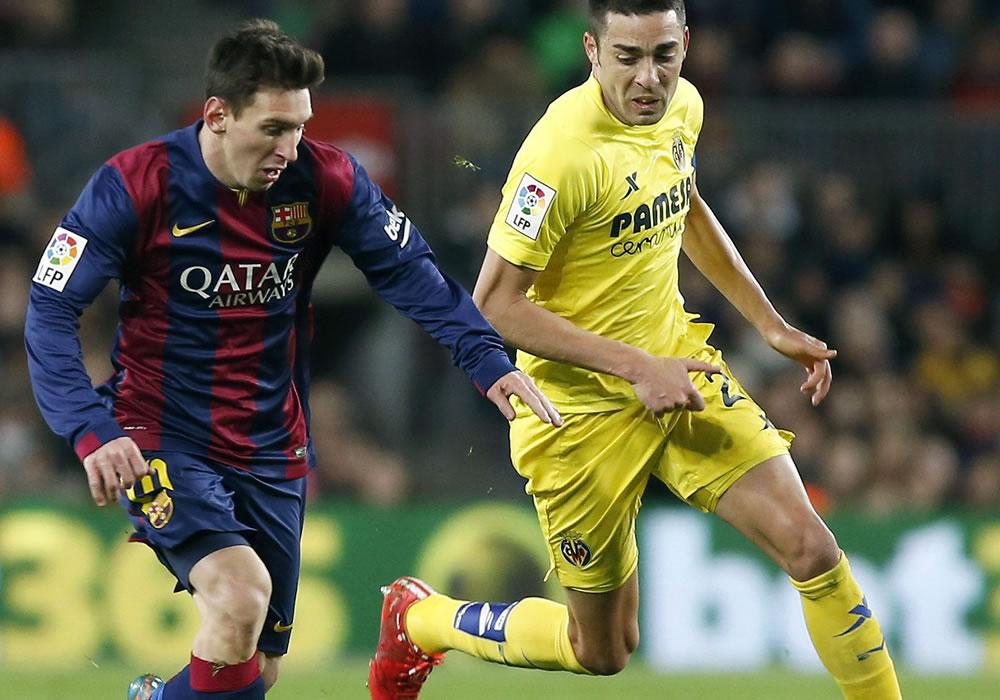 El delantero argentino del FC Barcelona Lionel Messi (i) con el balón ante el centrocampista dle Villarreal Bruno Soriano. EFE