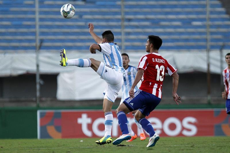 El jugador de Argentina Cristian Omar Espinoza (i) disputa el balón con Omar Alderete (d) de Paraguay. Foto: EFE