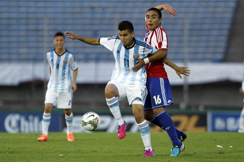 El jugador de Argentina Ángel Correa (i) disputa el balón con Roque Ariel Guariche (d) de Paraguay. Foto: EFE