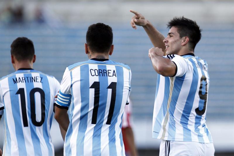 El jugador Giovanni Simeone (d) de Argentina festeja una anotación ante Paraguay. Foto: EFE