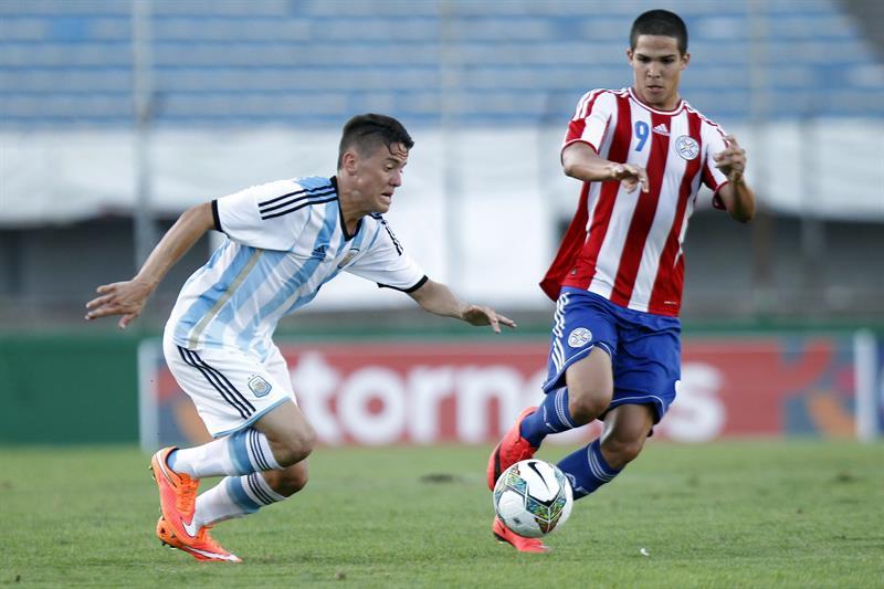 El jugador de Argentina Nicolás Martín Tripichio (i) disputa el balón con Luis Antonio Amarilla (d) de Paraguay. Foto: EFE