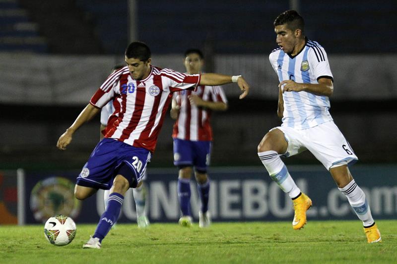 El jugador de Paraguay Juan Jeremias Bogado (i) disputa el balón con Leandro Sebastián Vega (d) de Argentina. Foto: EFE