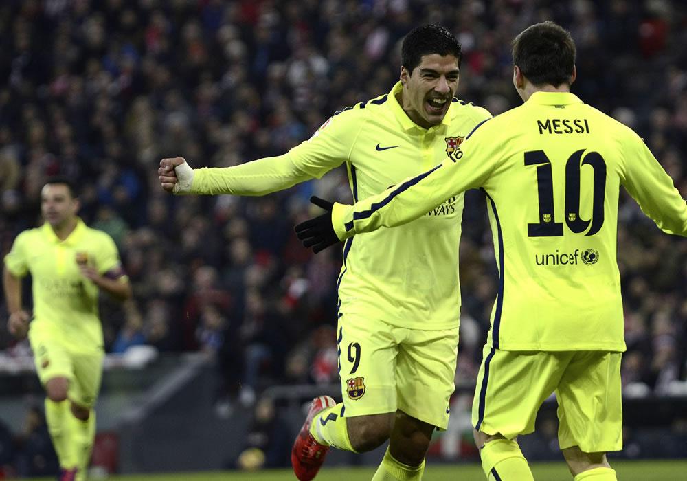 El delantero uruguayo del Barcelona Luis Suárez (i) celebra con su compañero, el delantero argentino Lionel Messi (d), el gol ante el Athletic. EFE