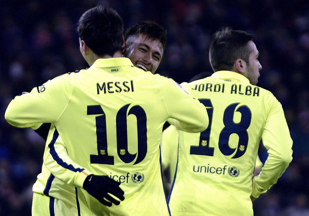 El delantero argentino del Barcelona Lionel Messi celebra con su compañero, el delantero brasileño Neymar Jr. EFE