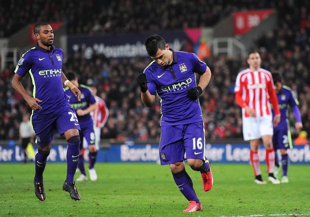El argentino del Manchester City Sergio Agüero (i) anota un gol durante un partido por la Liga Premier ante el Stoke City FC. EFE